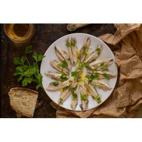 Assortiment d'anchois marinés et olives